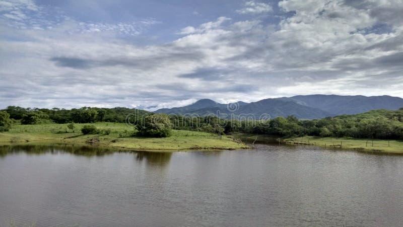 Λίμνη μεταξύ των βουνών στοκ εικόνες με δικαίωμα ελεύθερης χρήσης