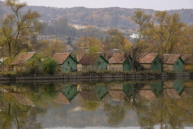 Λίμνη με τα εξοχικά σπίτια στοκ φωτογραφίες με δικαίωμα ελεύθερης χρήσης