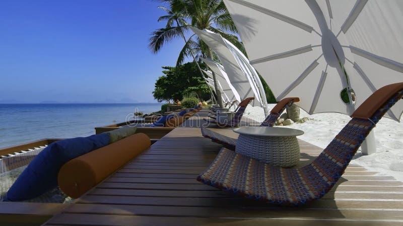 Λίμνη με τα sunbeds και τις ομπρέλες στοκ φωτογραφία με δικαίωμα ελεύθερης χρήσης