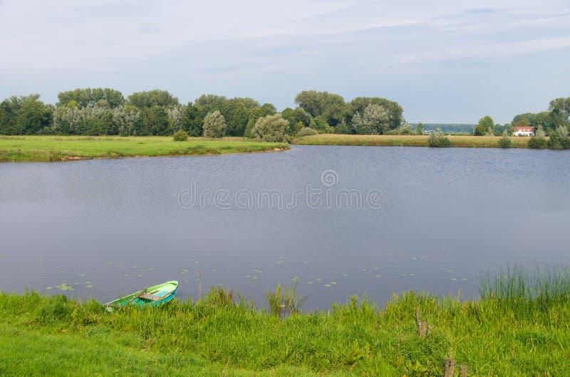Λίμνη με την κωπηλασία της βάρκας στοκ εικόνες