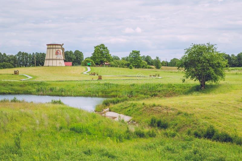 Λίμνη με τους παλαιούς μύλους σε Dunte, Λετονία Μουσείο Munchausen βαρώνων στοκ φωτογραφία