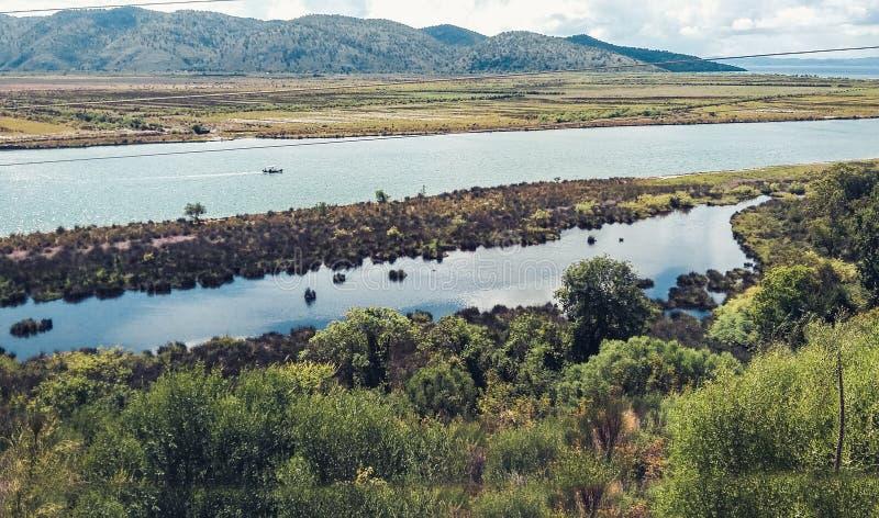 Λίμνη με το θαλάσσιο νερό στο οποίο τα μύδια αυξάνονται κοντά στο εθνικό πάρκο Butrint στη νότια Αλβανία κοντά σε Saranda Sarande στοκ εικόνες