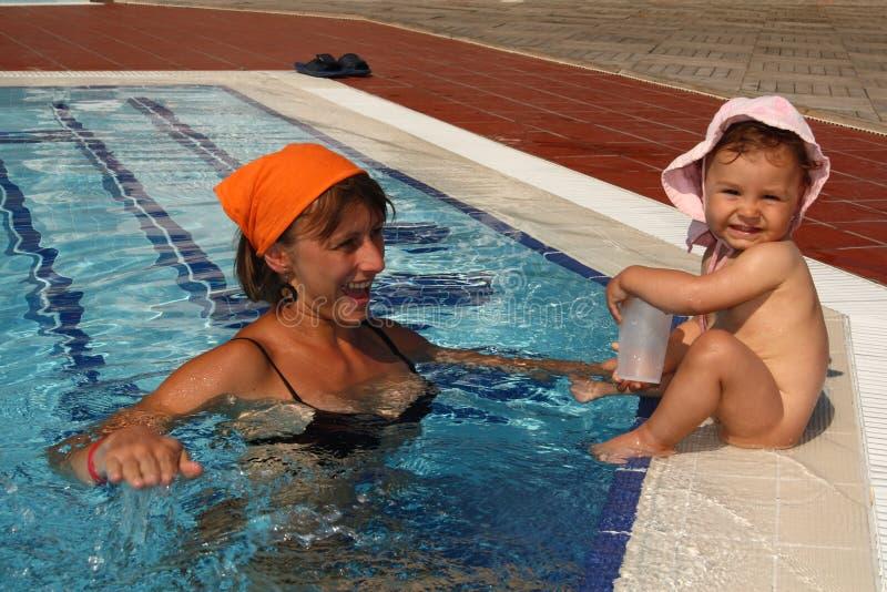 λίμνη μητέρων μωρών mom στοκ εικόνα με δικαίωμα ελεύθερης χρήσης