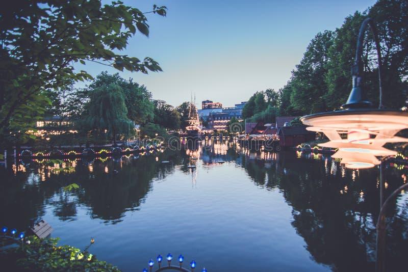 Λίμνη νύχτας στο λούνα παρκ Tivoli στην Κοπεγχάγη στοκ φωτογραφία