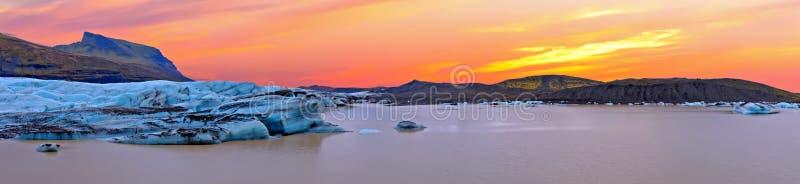 Λίμνη πάγου Jokulsarlon στην Ισλανδία στο ηλιοβασίλεμα στοκ εικόνα