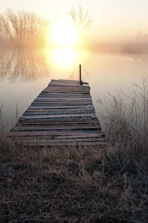 λίμνη πέρα από το ηλιοβασίλεμα αποβαθρών στοκ εικόνες