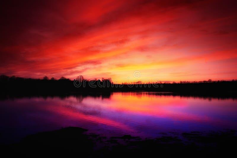 λίμνη πέρα από το ηλιοβασίλεμα στοκ φωτογραφίες με δικαίωμα ελεύθερης χρήσης