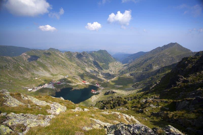 Λίμνη παγετώνων και υψηλά βουνά σε Fagaras, Carpathians, Ρουμανία, Ευρώπη στοκ εικόνες με δικαίωμα ελεύθερης χρήσης