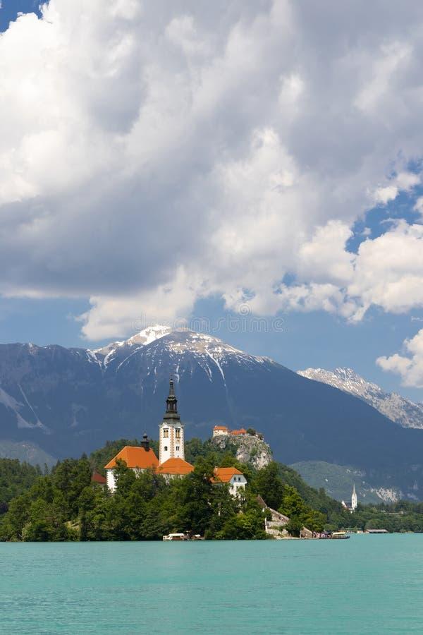 Λίμνη που αιμορραγείται με τα βουνά στη Σλοβενία στοκ φωτογραφία