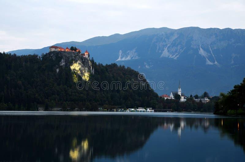Λίμνη που αιμορραγείται με το κάστρο σε έναν απότομο βράχο τη νύχτα Σλοβενία στοκ εικόνα με δικαίωμα ελεύθερης χρήσης
