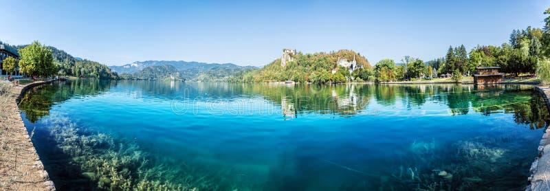 Λίμνη που αιμορραγείται με το κάστρο, Σλοβενία, πανοραμική φωτογραφία στοκ φωτογραφία