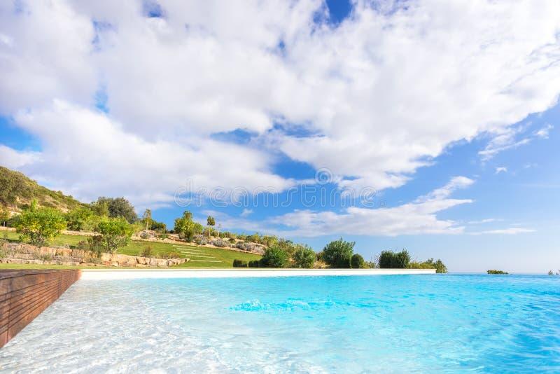 Λίμνη πολυτέλειας σε ένα υπόβαθρο ενός όμορφου κήπου Στις διακοπές στο ξενοδοχείο στοκ εικόνες