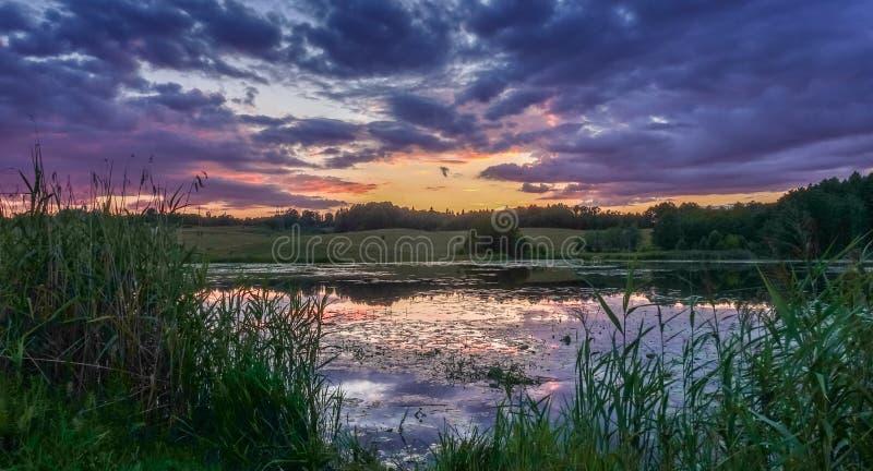 Λίμνη πριν από το σούρουπο, όμορφα σύννεφα ουρανού στοκ φωτογραφίες με δικαίωμα ελεύθερης χρήσης