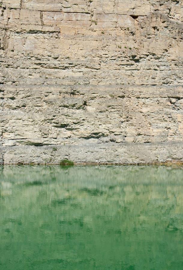 Λίμνη σε ένα λατομείο αμμοχάλικου στοκ φωτογραφία