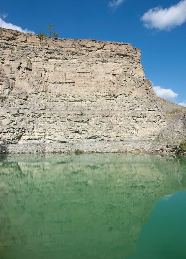 Λίμνη σε ένα λατομείο αμμοχάλικου στοκ εικόνα με δικαίωμα ελεύθερης χρήσης