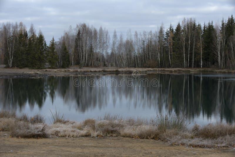 Λίμνη σε ένα εγκαταλειμμένο λατομείο στοκ φωτογραφία