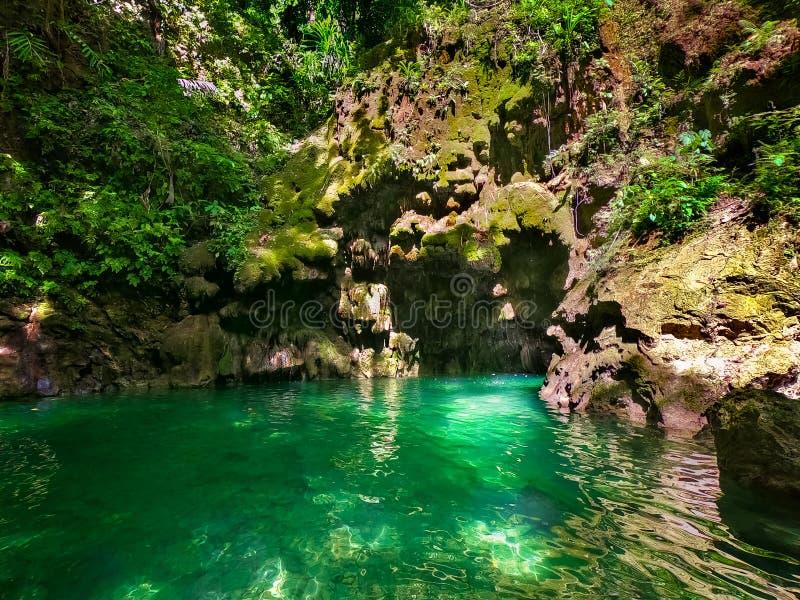 Λίμνη σε ένα φαράγγι βουνών στην τροπική ζούγκλα των Φιλιππινών στοκ φωτογραφίες