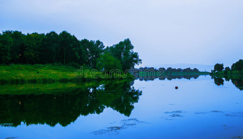 Λίμνη σε μια όμορφη ειρηνική θέση Μετάλλευμα βραδιού στοκ φωτογραφία με δικαίωμα ελεύθερης χρήσης