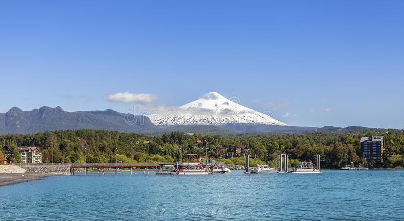 Λίμνη σε Pucon και το χιονισμένο ηφαίστειο Villarica στοκ φωτογραφία με δικαίωμα ελεύθερης χρήσης