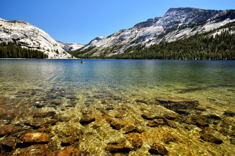 Λίμνη σε Yosemite με το κανό στοκ φωτογραφία