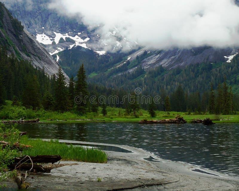 Λίμνη στην από την Αλάσκα αγριότητα στοκ εικόνες