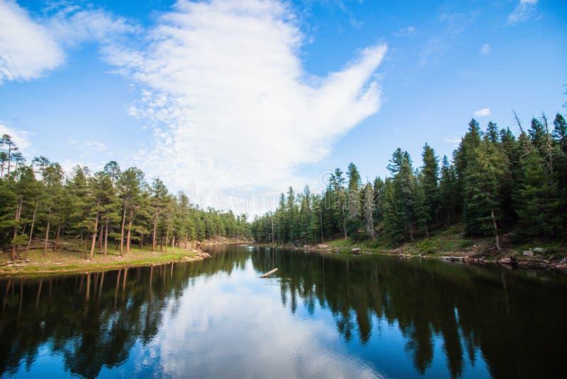 Λίμνη στη μέση των βουνών στοκ φωτογραφία με δικαίωμα ελεύθερης χρήσης