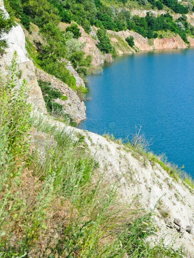 Λίμνη στο εγκαταλειμμένο λατομείο γρανίτη στοκ εικόνες