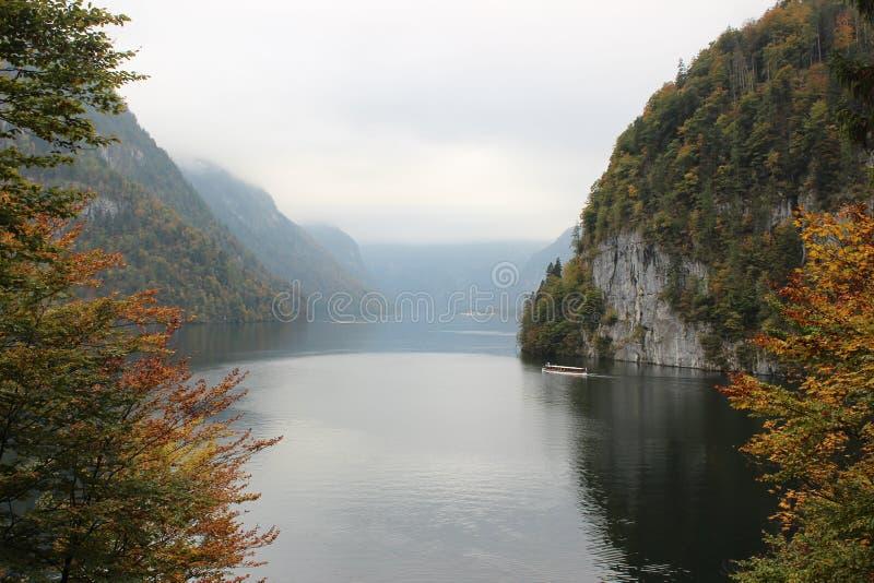 Λίμνη στο πόδι των Άλπεων στοκ εικόνα