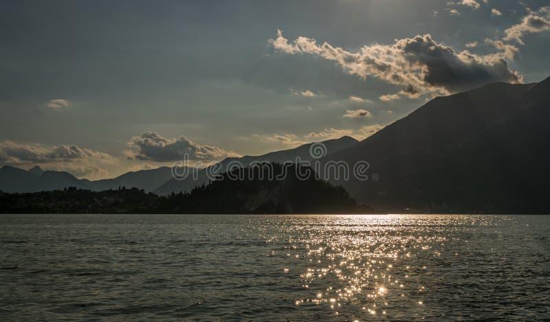 Λίμνη της άποψης ορών και του Μπελάτζιο βουνών como στοκ φωτογραφία
