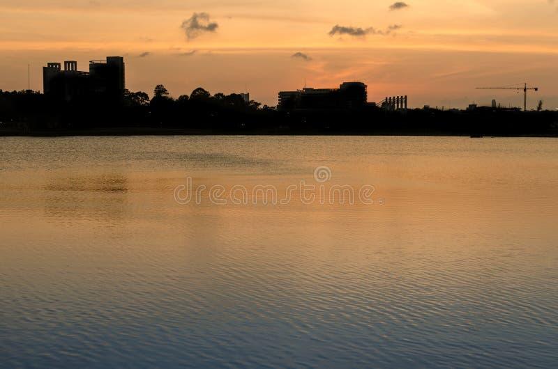 Λίμνη του πανεπιστημίου κατά τη διάρκεια του συνόλου ήλιων στοκ φωτογραφίες με δικαίωμα ελεύθερης χρήσης