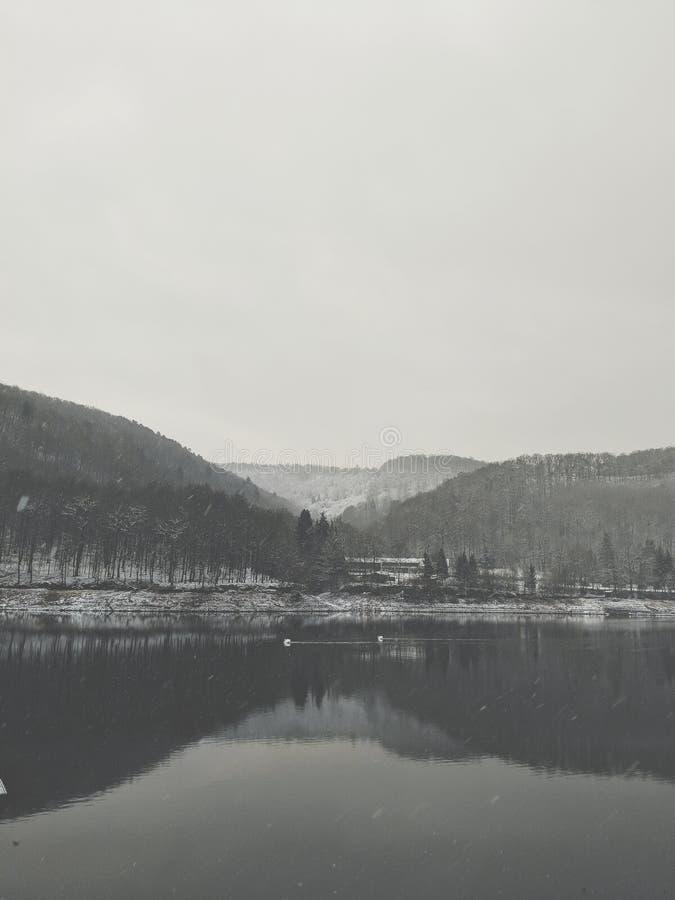 Λίμνη το χειμώνα στοκ εικόνες