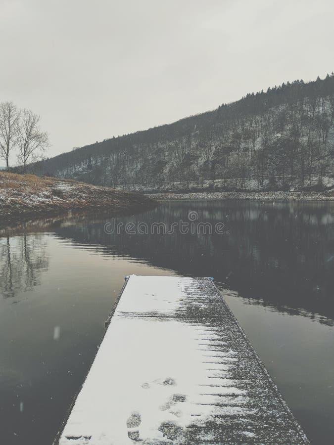 Λίμνη το χειμώνα στοκ φωτογραφία με δικαίωμα ελεύθερης χρήσης