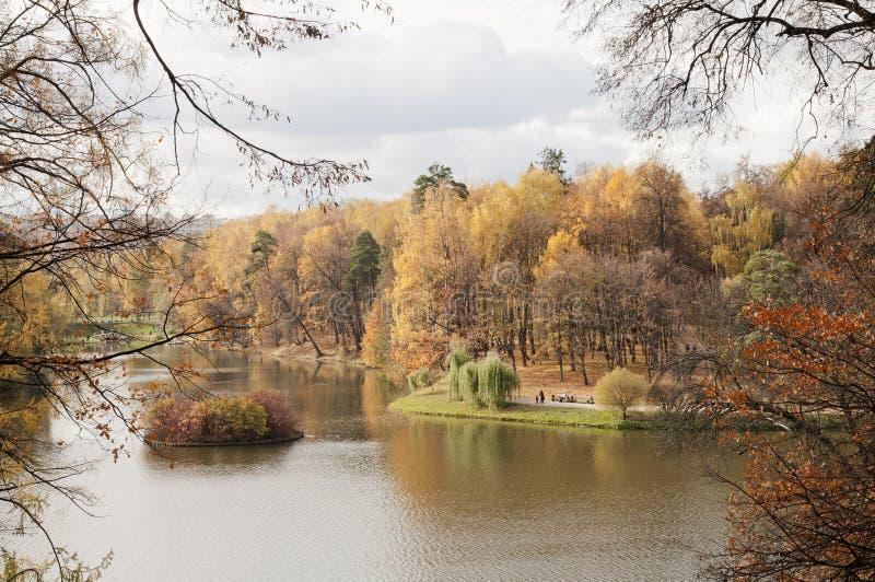 Download λίμνη φθινοπώρου στοκ εικόνα. εικόνα από σύννεφα, πάρκο - 22780571