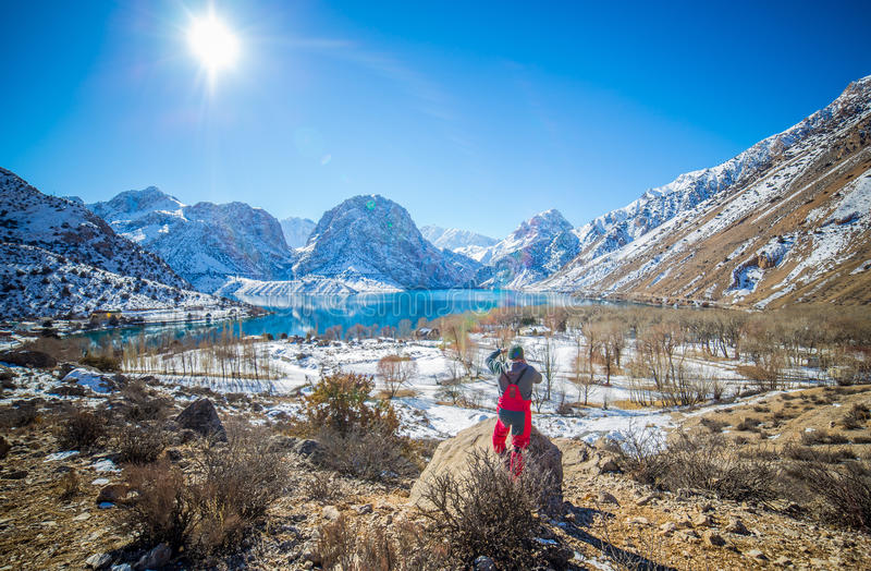 Λίμνη χειμερινού Iskanderkul, βουνά Fann, Τατζικιστάν στοκ εικόνες