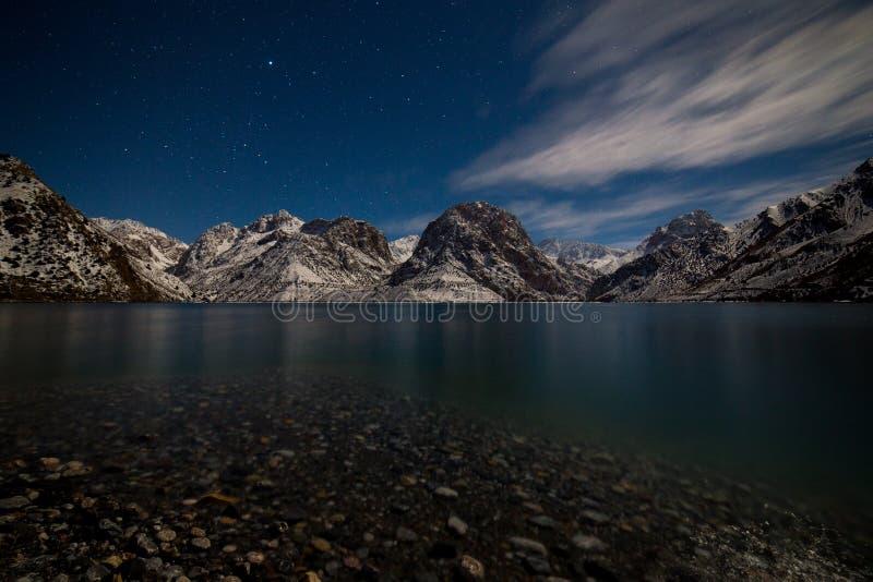 Λίμνη χειμερινού Iskanderkul, βουνά Fann, Τατζικιστάν στοκ φωτογραφίες