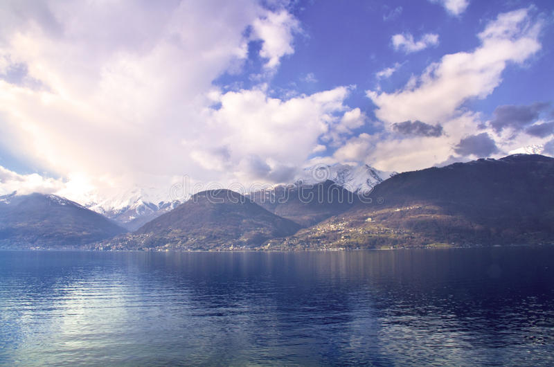 Download λίμνη στοκ εικόνες. εικόνα από ακτή, βουνό, αλυσίδα, άσπρος - 13189770