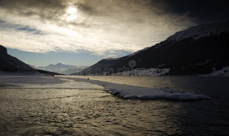 Download λίμνη στοκ εικόνα. εικόνα από όψη, βουνά, βακκινίων, χιόνι - 391851