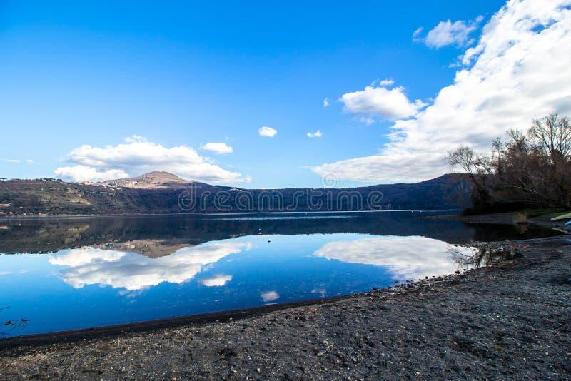 Λίμνη Albano, μια ηφαιστειακή λίμνη κρατήρων κοντά στη Ρώμη, Ιταλία στοκ φωτογραφία με δικαίωμα ελεύθερης χρήσης