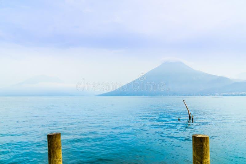 Λίμνη Atilan και ηφαίστειο SAN Pedro στη Γουατεμάλα στοκ φωτογραφίες