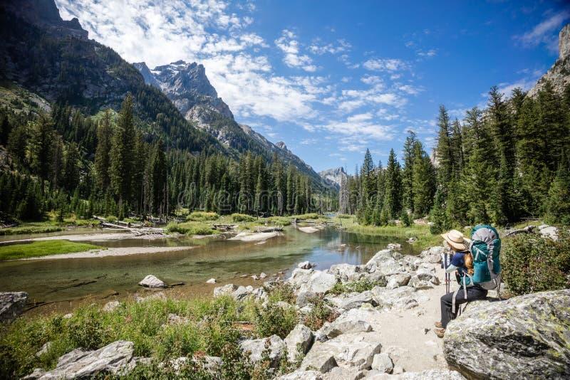 Λίμνη Backpacker και βουνών στοκ φωτογραφία