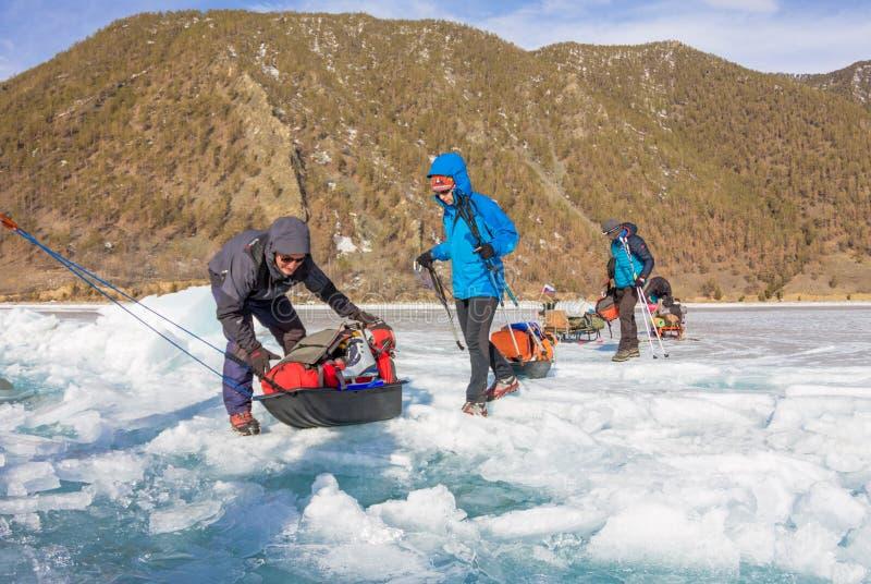 Λίμνη Baikal, Ρωσία - 24 Μαρτίου 2016: Τα άτομα έσυραν τον πάγο SL στοκ φωτογραφίες