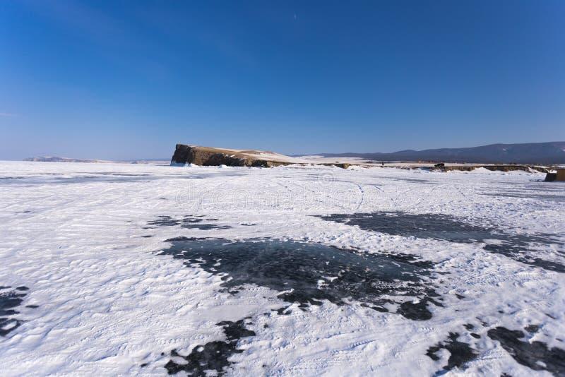 Λίμνη Baikal στη χειμερινή ημέρα Ο πάγος κοντά στους απότομους βράχους του νησιού Haranci στοκ εικόνες