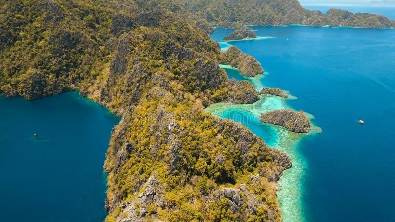 Λίμνη Barracuda σε ένα τροπικό νησί, Φιλιππίνες, Coron, Palawan βουνών στοκ φωτογραφία με δικαίωμα ελεύθερης χρήσης