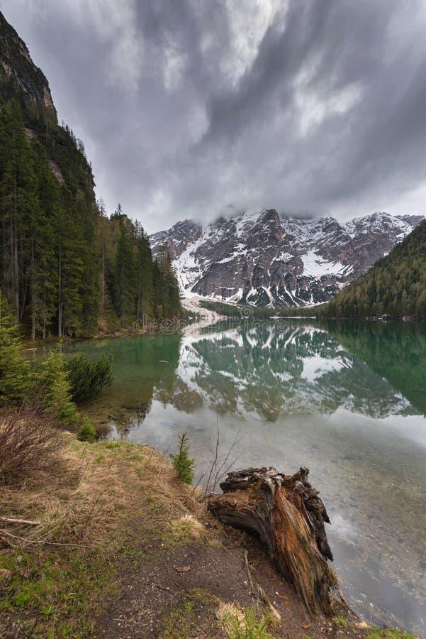 Λίμνη Braies γνωστό επίσης ως Lago Di Braies Η λίμνη περιβάλλεται από τα βουνά που απεικονίζονται στο νερό στοκ εικόνα