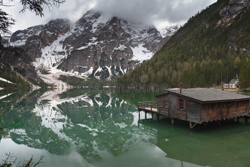 Λίμνη Braies στο δασικό ίχνος βουνών δολομιτών στο υπόβαθρο, Sudtirol, Ιταλία στοκ φωτογραφία με δικαίωμα ελεύθερης χρήσης