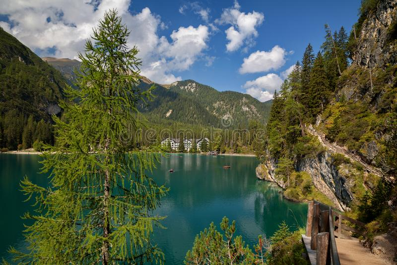 Λίμνη Braies, Lago Di Braies, Άλπεις δολομίτη, Belluno, Ιταλία στοκ φωτογραφία με δικαίωμα ελεύθερης χρήσης