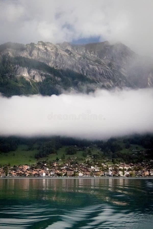 Λίμνη Brienz, βουνά και χαμηλό σύννεφο στοκ φωτογραφία με δικαίωμα ελεύθερης χρήσης