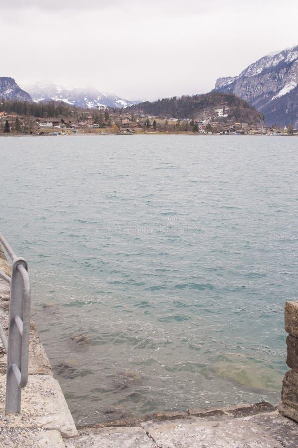 Λίμνη Brynz, Άλπεις, θερμή ημέρα άνοιξη, ουρανός στοκ εικόνες