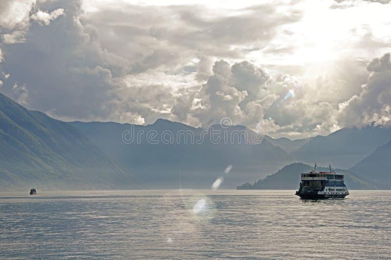 Λίμνη Como σε μια νεφελώδη ημέρα με τη βάρκα στο Μπελάτζιο στοκ φωτογραφία με δικαίωμα ελεύθερης χρήσης