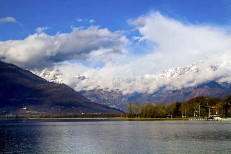 Download λίμνη como στοκ εικόνα. εικόνα από ύδωρ, λίμνη, βουνά - 13189975